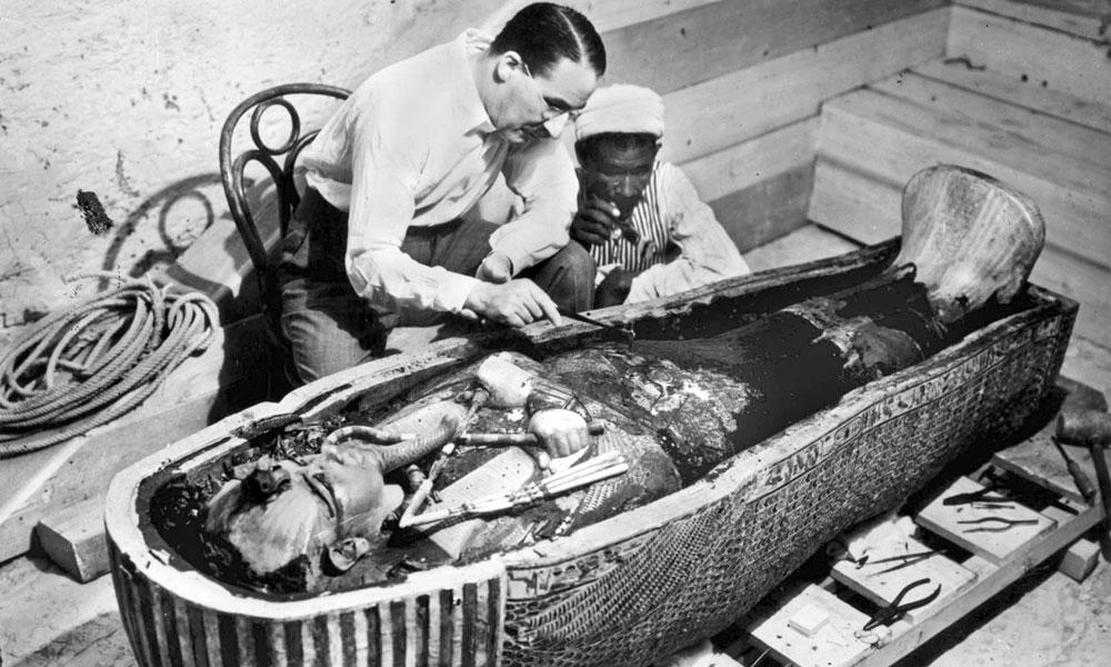 Ο Howard Carter εξετάζει τη σωρό του Tutankhamun